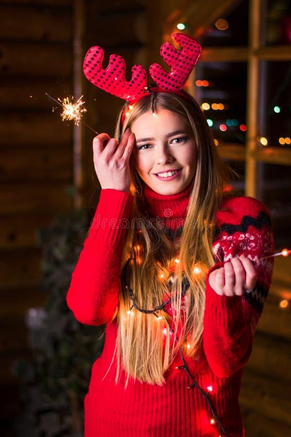 Piękna dziewczyna z świątecznymi światłami obraz royalty free