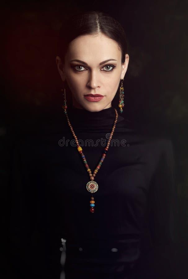 Piękna dziewczyna z biżuterią, kolią i kolczykami, zdjęcie royalty free
