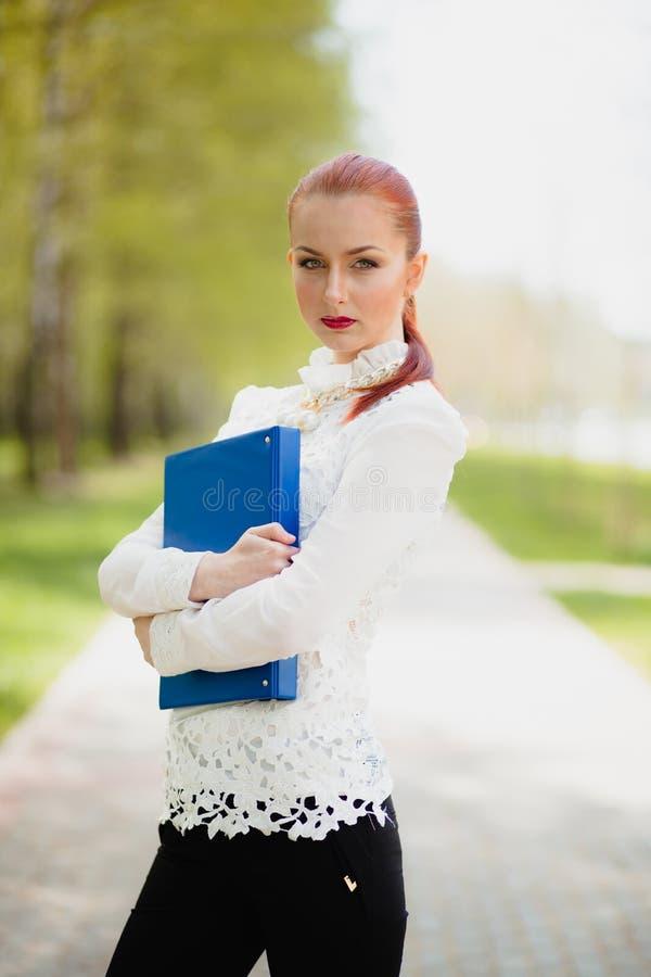 Piękna dziewczyna z biurową falcówką zdjęcia royalty free