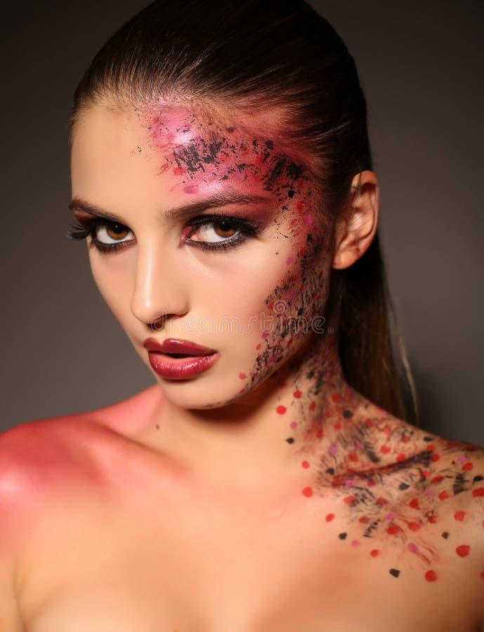 Piękna dziewczyna z ciemnym włosy z ekstrawaganckim Halloweenowym makeup obrazy stock