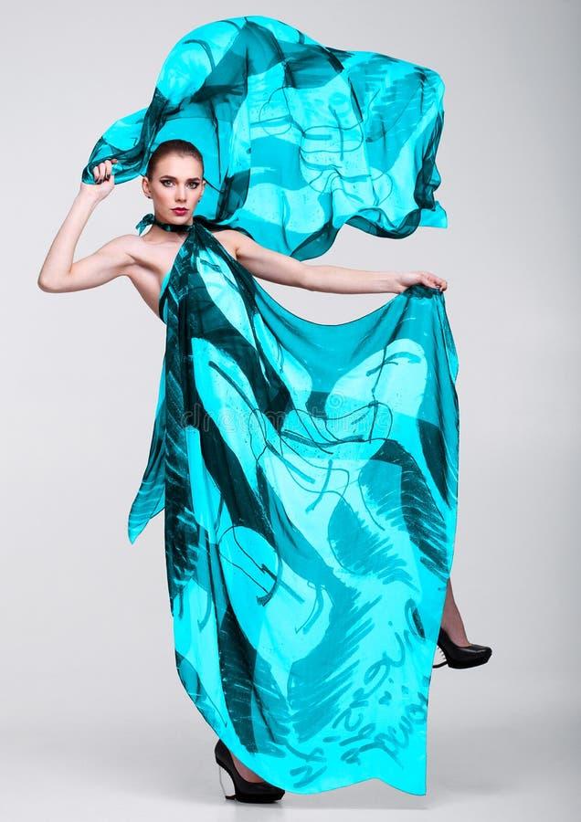 Piękna dziewczyna z cyan błękitnym moda szalikiem zdjęcia stock