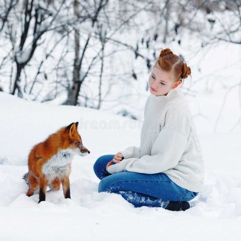 Piękna dziewczyna z czerwonym lisem na spacerze fotografia stock