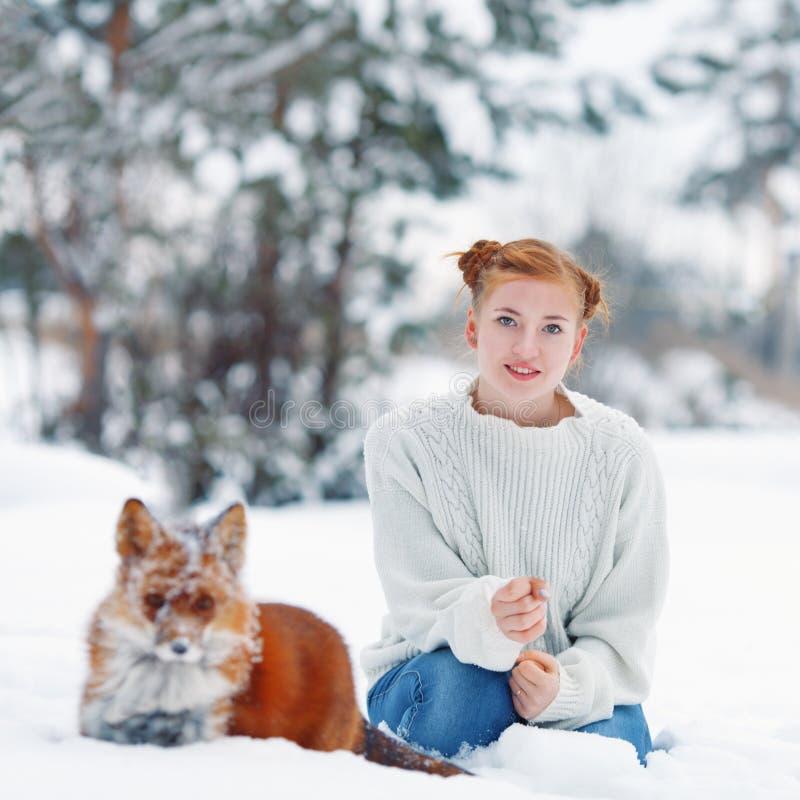 Piękna dziewczyna z czerwonym lisem na spacerze zdjęcie stock