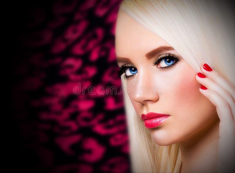 Piękna dziewczyna z czerwonymi wargami i gwoździami obraz stock