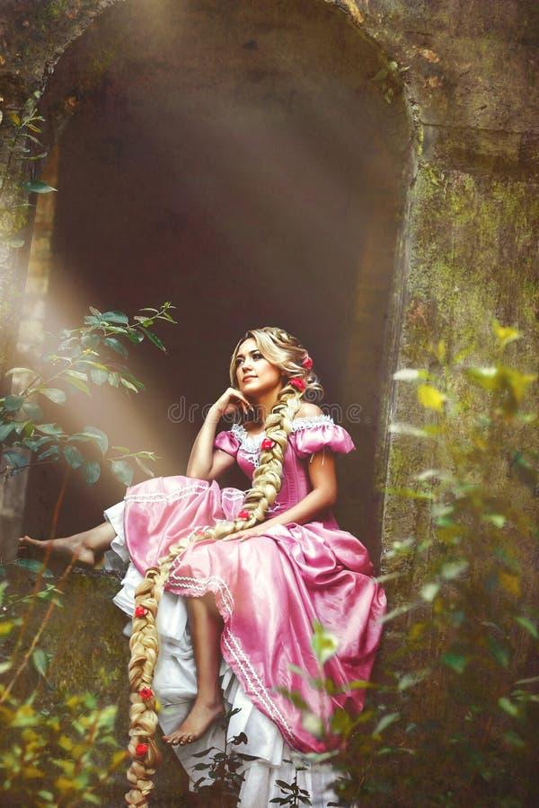 Piękna dziewczyna z długie włosy galonowym w warkoczu w gorsetowych i wspaniałych menchiach, ubiera fotografia royalty free