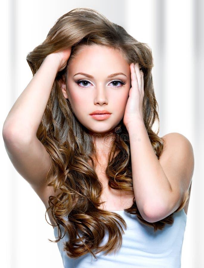 Piękna dziewczyna z długimi kędzierzawymi hairs zdjęcia royalty free