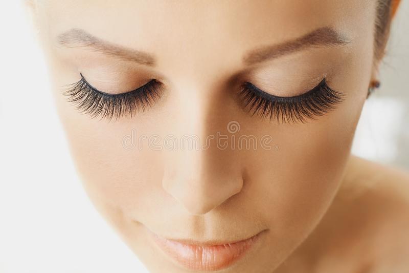 Piękna dziewczyna z długimi sztucznymi rzęsami i perfect skórą Rzęs rozszerzenia, kosmetologia, piękno i skóry opieka, obraz royalty free