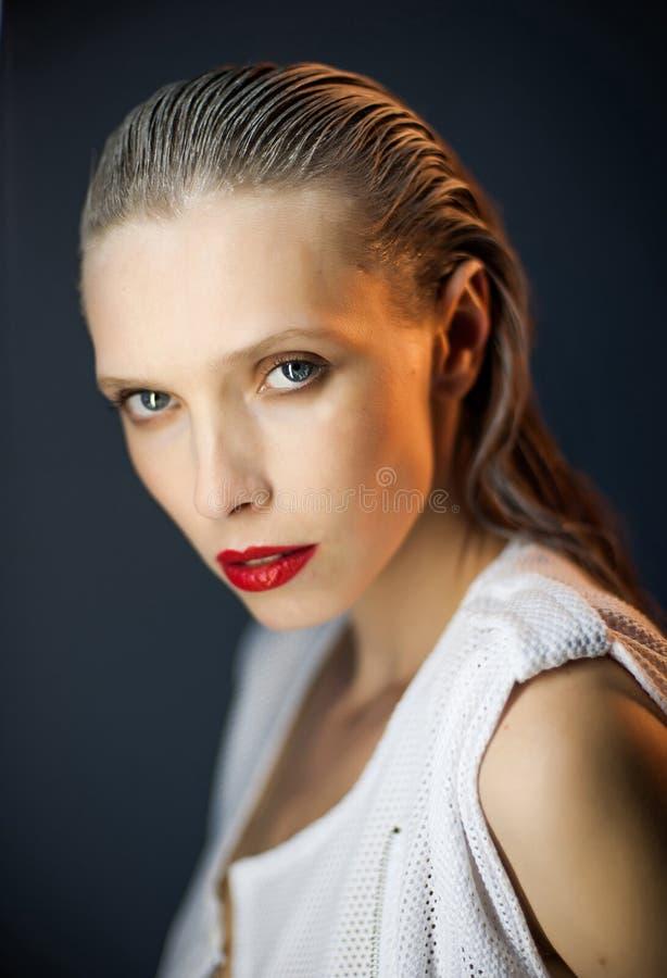 Piękna dziewczyna z dużymi oczami i przyglądający się zdjęcie stock