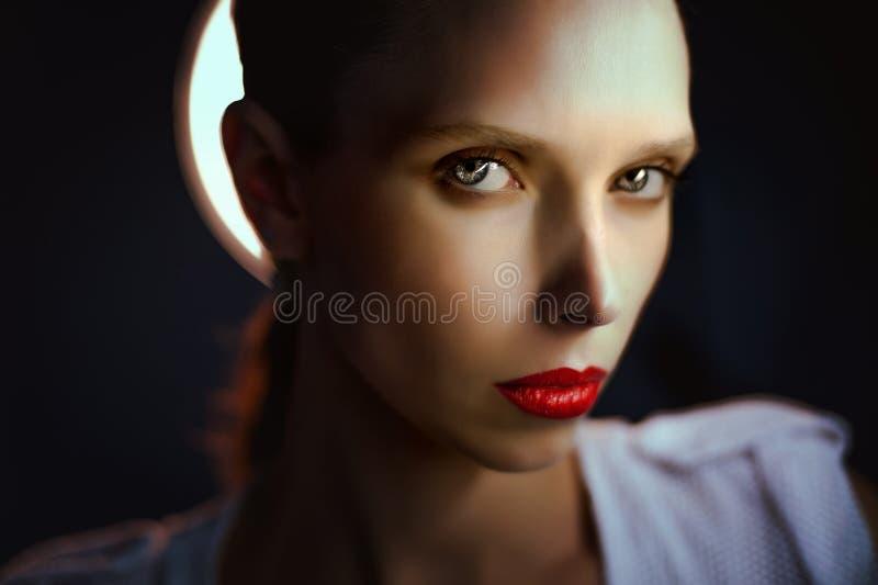 Piękna dziewczyna z dużymi oczami i przyglądający się obraz stock