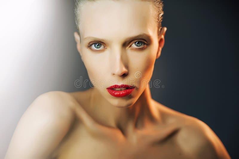 Piękna dziewczyna z dużymi oczami i przyglądający się zdjęcia stock