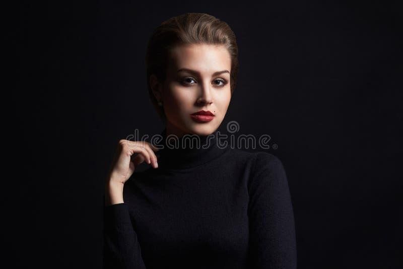 Piękna dziewczyna z gramocząsteczką na jej twarzy zdjęcie royalty free