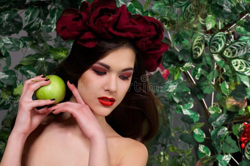 Piękna dziewczyna z jabłkiem fotografia royalty free