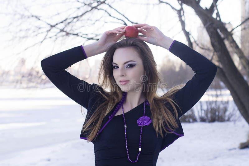 Piękna dziewczyna z jabłkiem na jej głowie zdjęcia royalty free