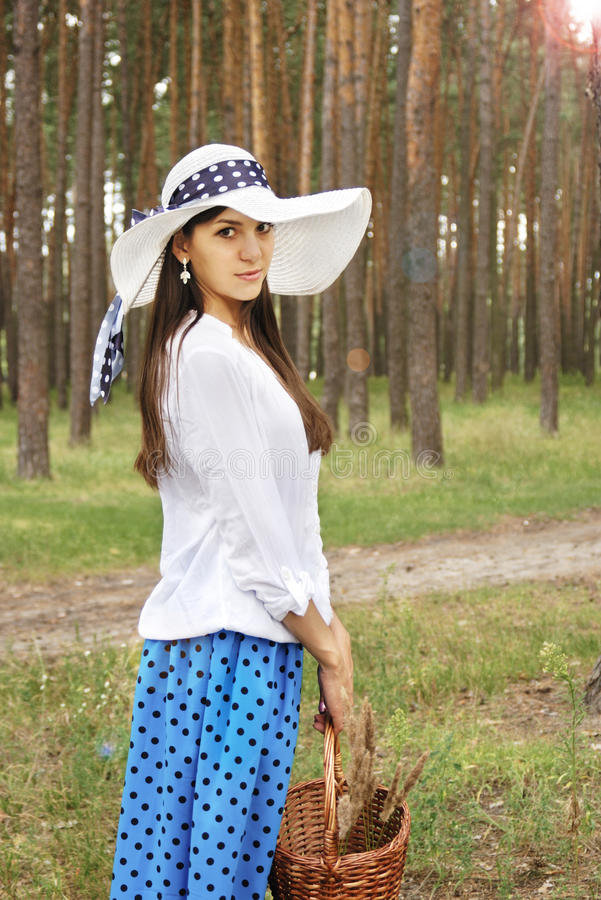 Piękna dziewczyna z koszem w lesie obrazy royalty free