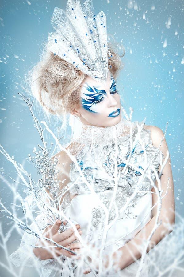 Piękna dziewczyna z kreatywnie makijażem dla nowego roku Zima portret zdjęcia stock