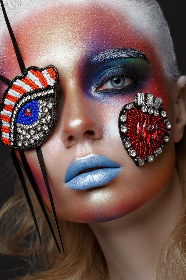 Piękna dziewczyna z kreatywnie makijażem w wystrzał sztuki stylu Piękno Twarz zdjęcia stock