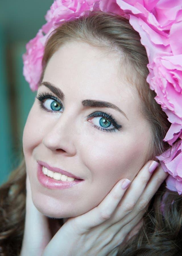 Piękna dziewczyna z kwiatem na głowie obrazy royalty free