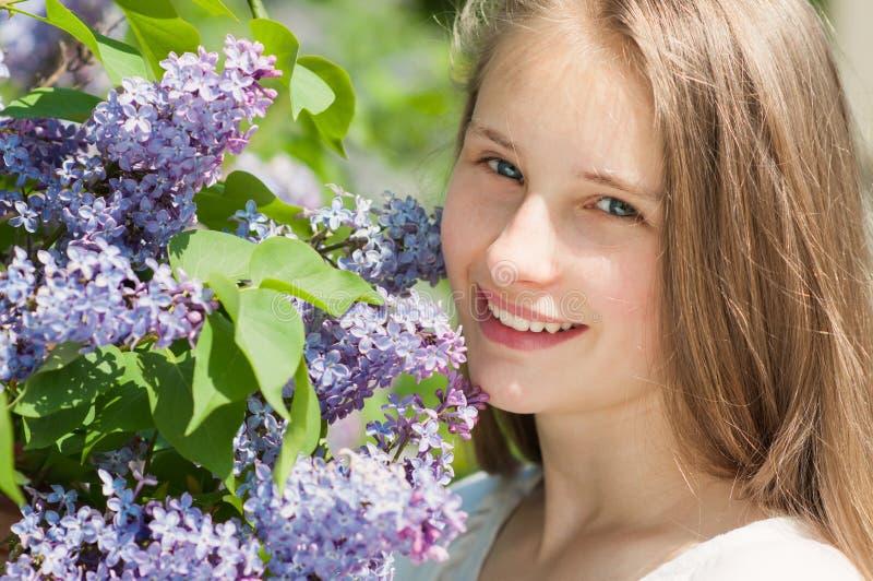 Piękna dziewczyna z lili kwiaty obraz stock
