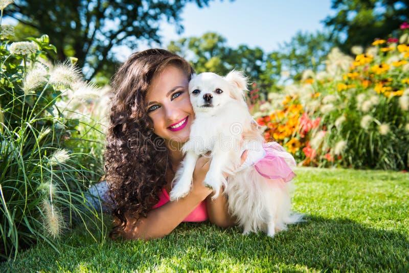 Piękna dziewczyna z małym psim chihuahua w parku obraz royalty free