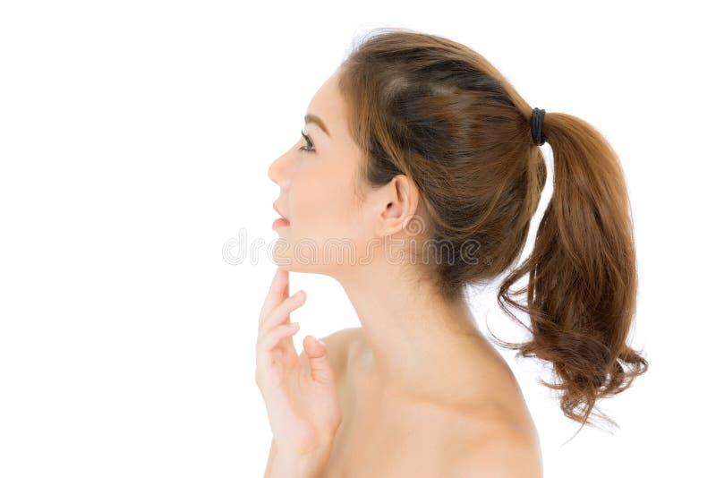 Piękna dziewczyna z makeup, opieka kosmetyków pojęciem, atrakcyjną azjatykcią dziewczyną smilling na twarzy odizolowywającej, kob obrazy stock