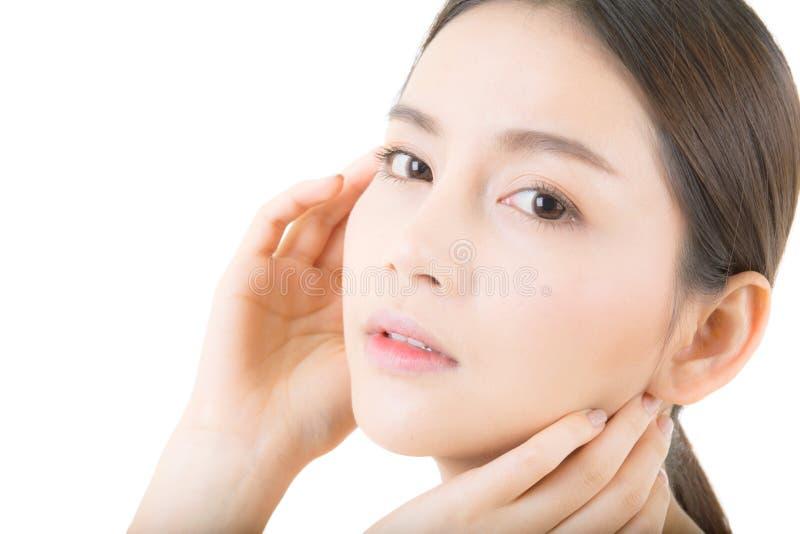 Piękna dziewczyna z makeup, opieki pojęciem, atrakcyjną Asia dziewczyną smilling na twarzy odizolowywającej, kobiety i skóry/ obrazy royalty free
