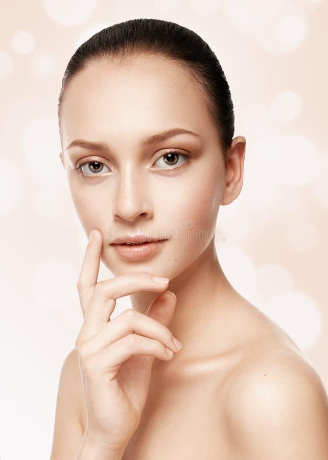 Piękna dziewczyna z nagim makeup i gładkim włosy czesał macanie zdjęcie stock