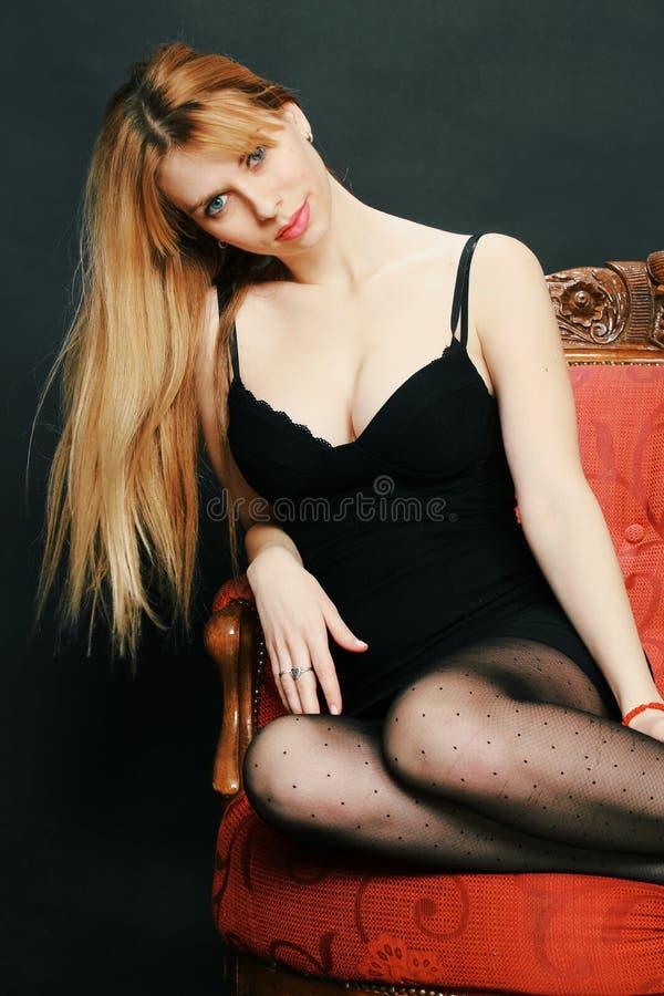 Piękna dziewczyna z niebieskimi oczami pozuje w studiu zdjęcie royalty free