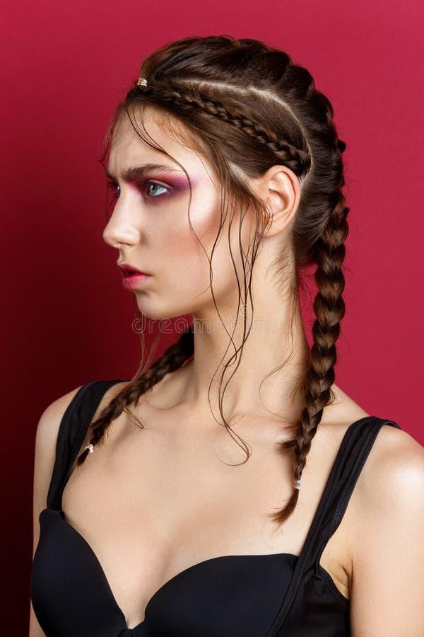 Piękna dziewczyna z nowożytnymi warkoczami i czerwonym makeup obrazy stock