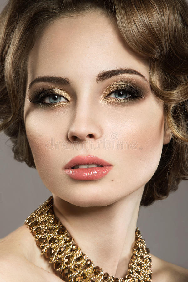 Piękna dziewczyna z perfect skóry i wieczór makeu obrazy stock