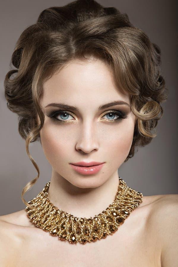 Piękna dziewczyna z perfect skóry i wieczór makeu obraz royalty free