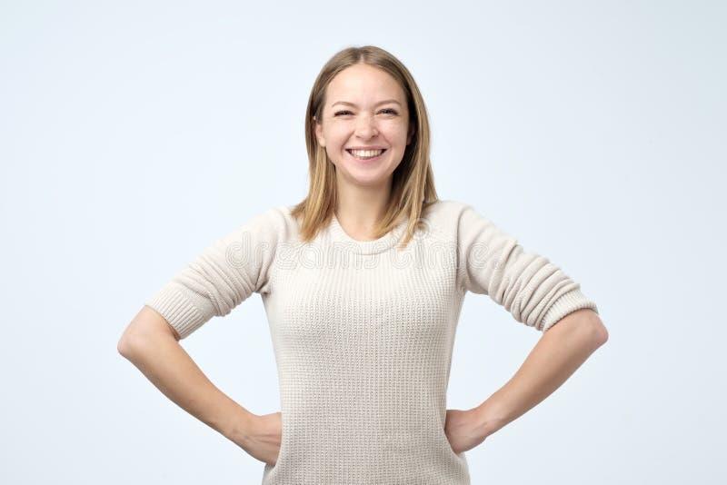 Piękna dziewczyna z pięknym uśmiechem w pracownianej patrzeje kamerze, portret emoci mody model target818_0_ pozytywnego snowdrif obraz royalty free