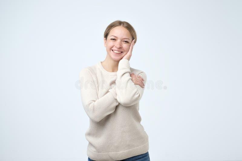 Piękna dziewczyna z pięknym uśmiechem w pracownianej patrzeje kamerze, portret emoci mody model target818_0_ pozytywnego snowdrif zdjęcia stock