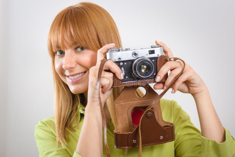 Piękna dziewczyna z retro rocznik kamerą fotografia stock