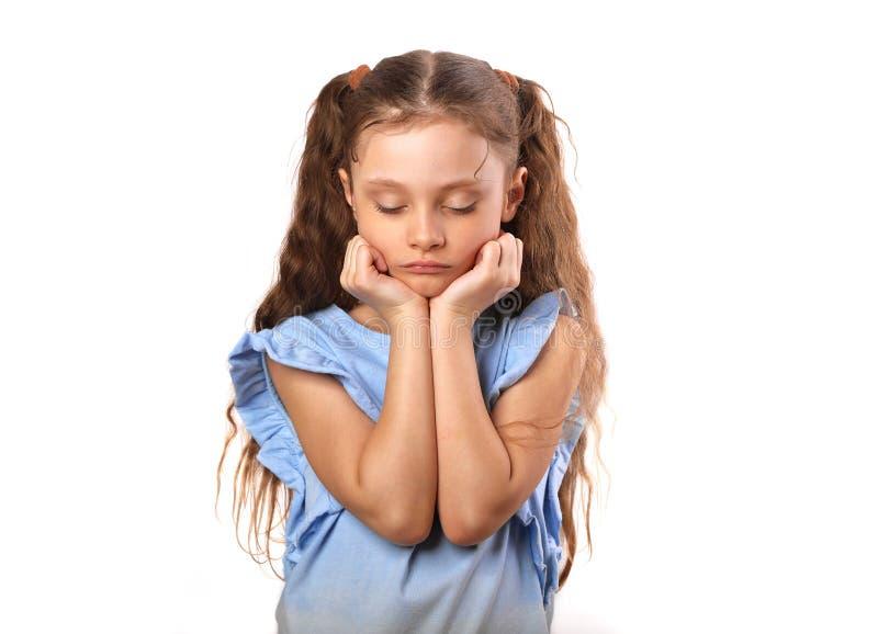 Piękna dziewczyna z smutnymi zamkniętymi oczami na pouted wargach i twarzy zdjęcie stock