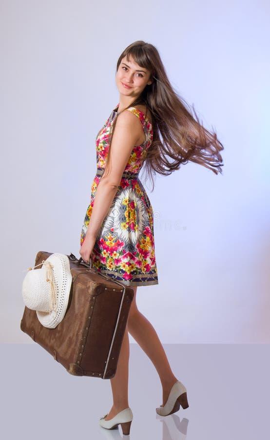 Download Piękna Dziewczyna Z Starą Walizką I Na Obraz Stock - Obraz złożonej z długi, plecy: 28964403