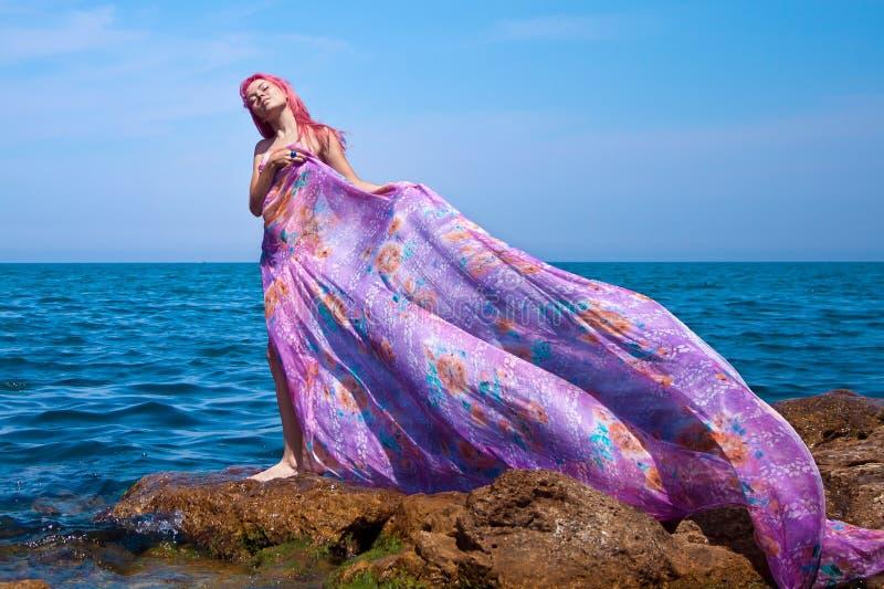Piękna Dziewczyna Z target963_0_ suknią na Plaży zdjęcia royalty free