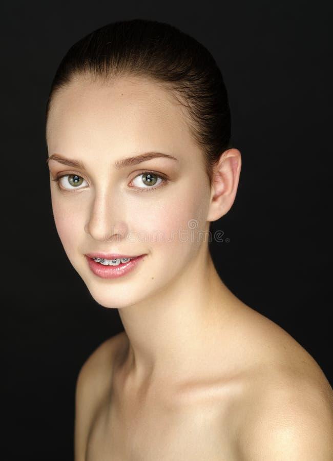 Piękna dziewczyna z wieczór makijażem i gładkim włosy czeszącymi fotografia royalty free