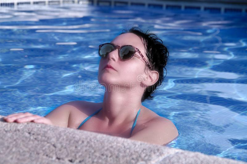 piękna dziewczyny basenu dopłynięcie zdjęcie stock