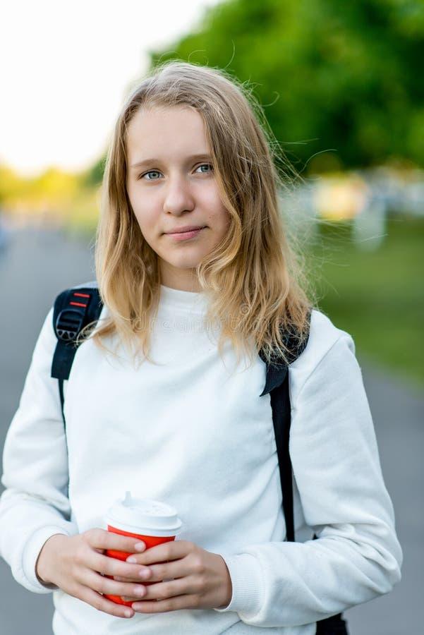 Piękna dziewczyny dziecka blondynka Lato w naturze Trzyma ręki kawowa gorąca herbata Po śniadania, odpoczynek po śniadania zdjęcia stock