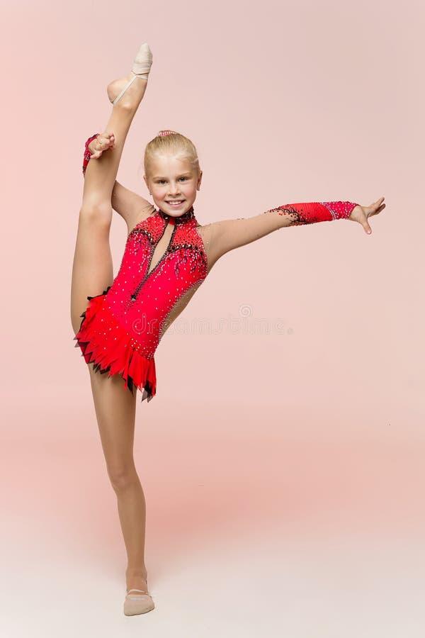 Piękna dziewczyny gimnastyczki szkolenia dratwa obraz stock