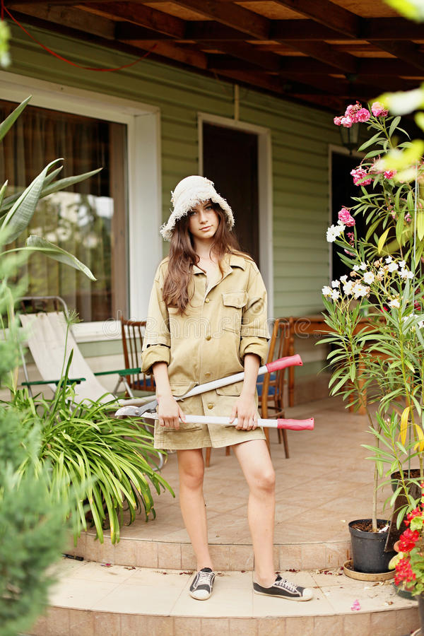 Piękna dziewczyny ogrodniczka z długie włosy w pracujących ubraniach obraz stock