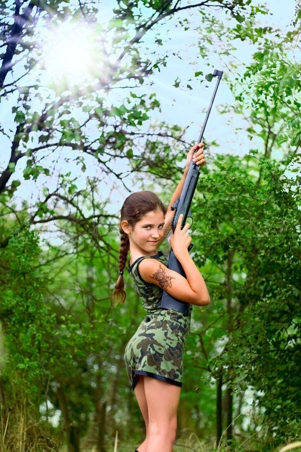 piękna dziewczyny pistolet nastoletni zdjęcie royalty free