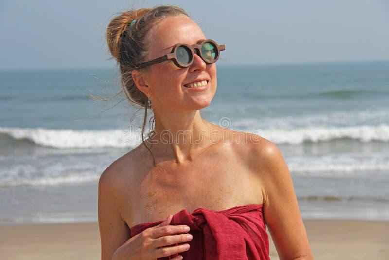 Piękna dziewczyny pokraka w czerwonym blondynie na backg i sukni, fotografia stock