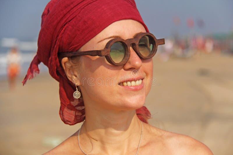 Piękna dziewczyny pokraka z czerwonym armband na jej głowie na plecy, zdjęcie stock