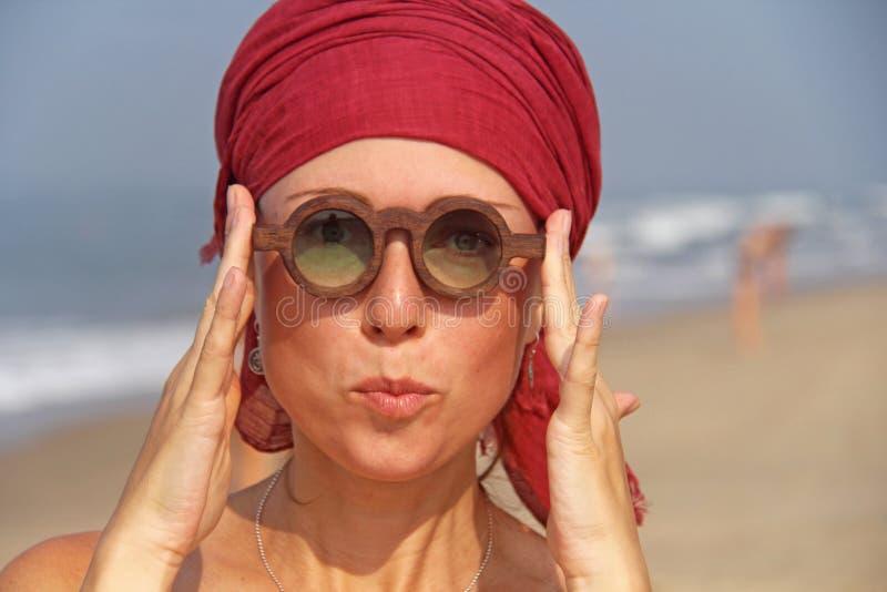 Piękna dziewczyny pokraka z czerwonym armband na jej głowie na plecy, zdjęcie royalty free