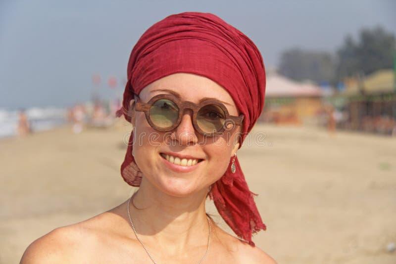 Piękna dziewczyny pokraka z czerwonym armband na jej głowie na plecy, zdjęcia royalty free