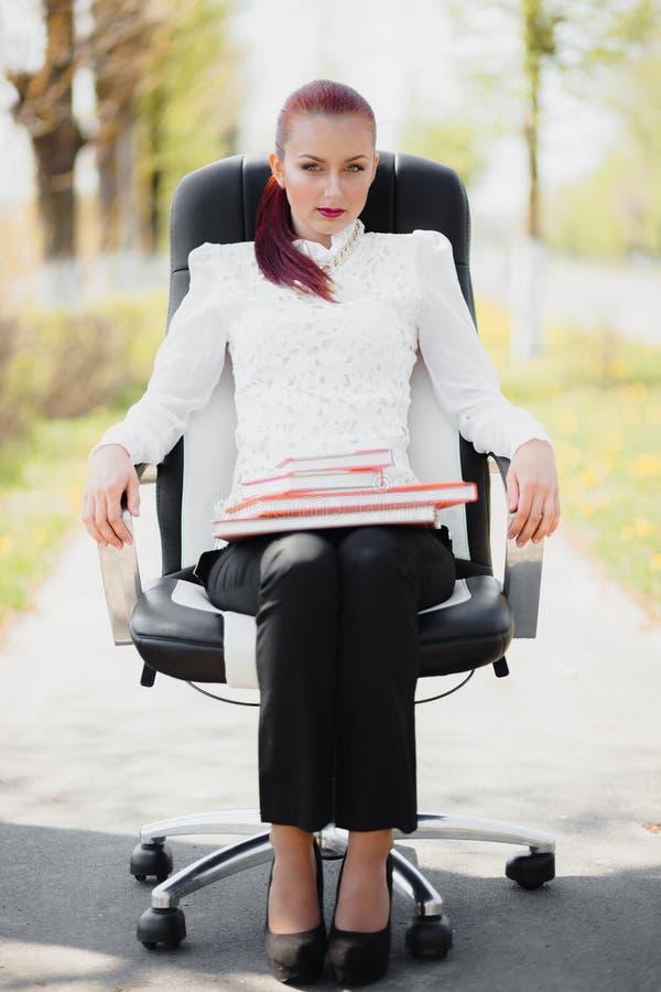 Piękna dziewczyny pozycja przy krzesłem fotografia stock
