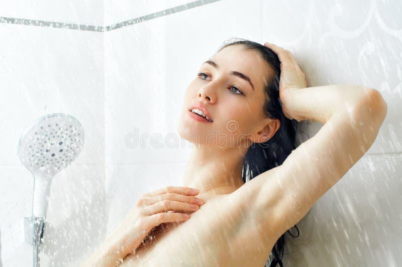 Dziewczyna przy prysznic fotografia stock