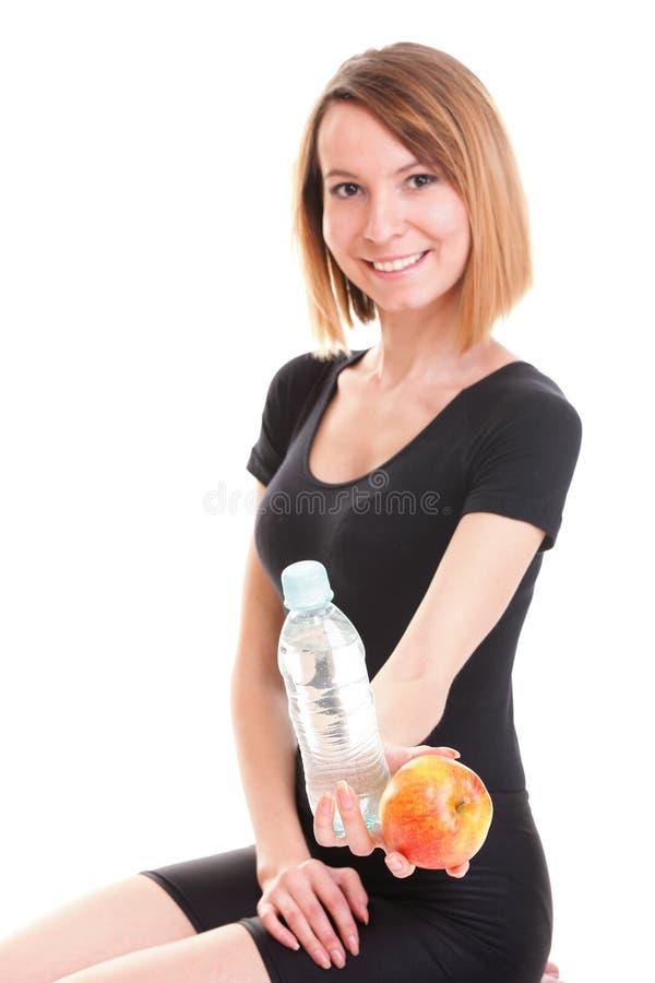 Piękna dziewczyny woda pitna od błękitnej butelki   obraz stock
