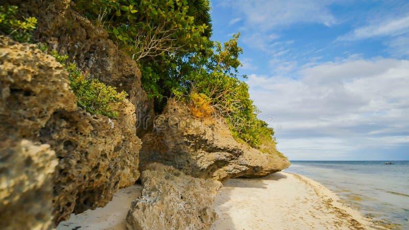 Piękna dzika tropikalna plaża blisko Anda z granitowymi skałami Bohol wyspa Filipiny zdjęcie stock